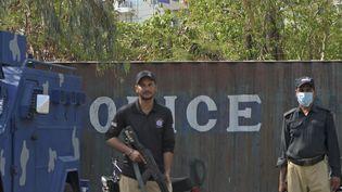 Des policiers montent la garde près du consulat de Franceà Karachi après une manifestation du parti islamaiste Tehreek-e-Labbaik Pakistan (TLP), le 15 avril 2021. (RIZWAN TABASSUM / AFP)