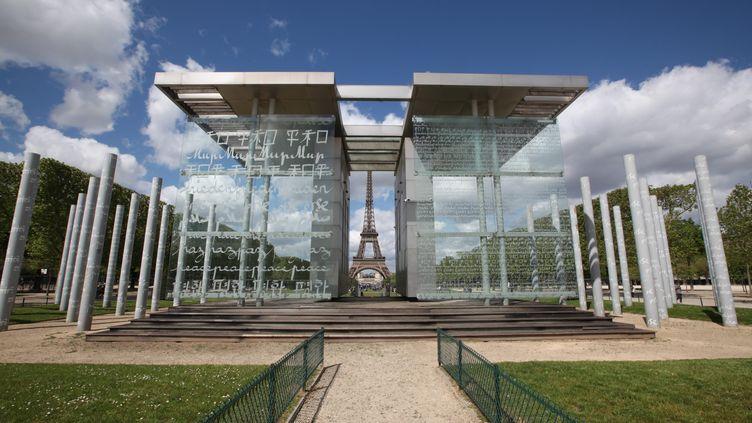 Le Mur de la Paix de Clara Halter, réalisé par l'architecteJean-Michel Wilmotte, est situé sur le Champ de Mars à Paris, face à la Tour Eiffel. Photo prise en mars 2000. (OLIVIER BOITET / MAXPPP)
