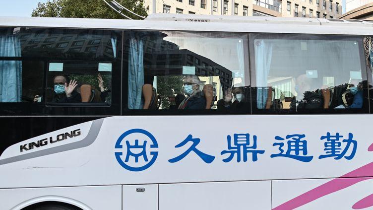 Des experts de l'ONU quittent l'hôtel de Wuhan (Chine) où ils étaient en quarantaine, le 28 janvier 2021. (HECTOR RETAMAL / AFP)