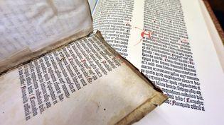 Bible de Gutenberg, découverte à Colmar, le 29 mai 2009. (JOHANNA LEGUERRE / AFP)
