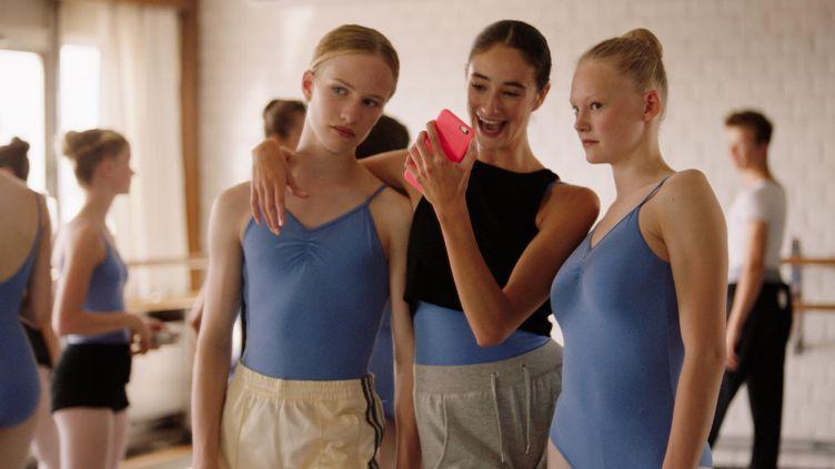 """Lukas Dhont a touché la Croisette en plein coeur avec son film """"Girl"""" sur une future ballerine née garçon jouée par Viktor Polster (à gauche).  (Diaphana Distribution)"""