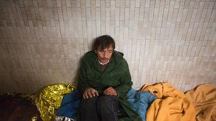 Un homme sans domicile, à Chatou (Yvelines), le 3 novembre 2012. (LOIC VENANCE / AFP)