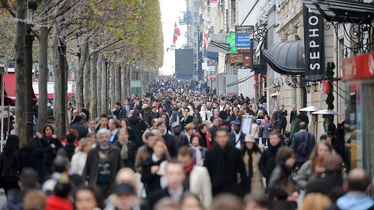 Certains magasins des Champs-Elysées, à Paris, sont autorisés à ouvrir le dimanche. (ANTOINE ANTONIOL / GETTY IMAGES)