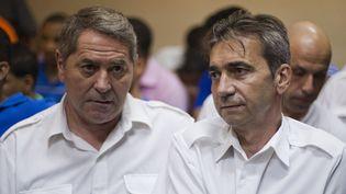De gauche à droite, Pascal Fauret et Bruno Odos, deux Français, jugés dans l'affaire dite Air cocaïne, à Higuey (République Dominicaine), le 4 février 2014. (ERIKA SANTELICES / AFP)