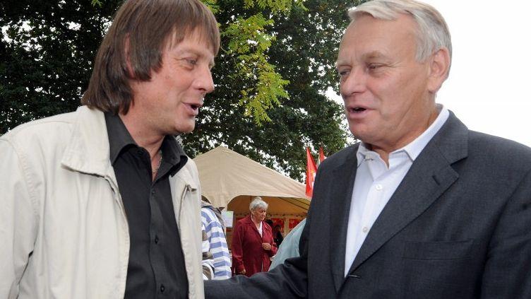 Le secrétaire général de la CGT Bernard Thibault discute avec Jean-Marc Ayrault, le 16 septembre 2010, à l'occasion de la 25e édition de la fête des retraités. (FRANK PERRY / AFP)
