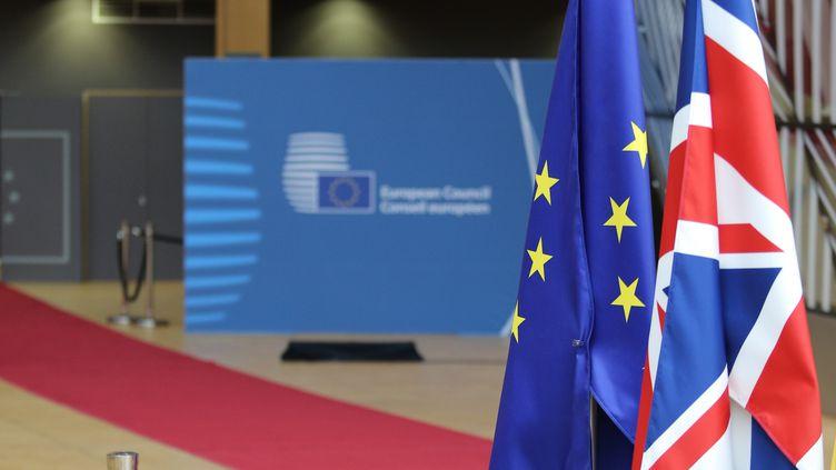 Le drapeau de l'Union européenne et le drapeau du Royaume-Uni, dans les locaux de la Commission européenne, à Bruxelles (Belgique), dimanche 12 décembre 2020. (NICOLAS ECONOMOU / NURPHOTO / AFP)