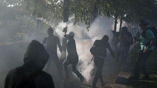 Des manifestantsaffrontent les forces de l'ordre, le 21 septembre 2019, en marge de la Marche pour le climat, à Paris. (ZAKARIA ABDELKAFI / AFP)