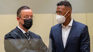 Jérôme Boateng, en compagnie de son avocat Kai Walden, jeudi 9 septembre à Munich. (PETER KNEFFEL / DPA)