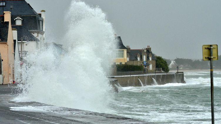 14 02 2014, Ile-Tudy, surla grande jetée du port, les vagues sont montées à plus de 40 mètres au dessus de la digue (  MAXPPP)