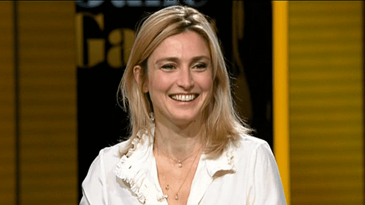 """Julie Gayet était l'invitée de Laurent Delahousse dans """"20 heures 30 le Dimanche"""". La comédienne et compagne de François Hollande est à l'affiche de la pièce de théâtre """"Rabbit Hole""""  (France 2)"""