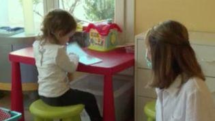 Vendredi 2 avril, un million de parents qui font garder leurs enfants par des assistantes maternelles peuvent êtrerassurés carce mode de garde est maintenu.Le journaliste SergeCiminoest en directdeMatignon(Paris)pour donner des précisions. (FRANCE 3)