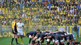 Clermont et les Saracens s'affrontent en demi-finale de la Coupe d'Europe de rugby, le 18 avril 2015 à Saint-Etienne. (THIERRY ZOCCOLAN / AFP)