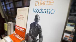 Un des livres de Modiano sur un présentoir de librairie  (ETIENNE LAURENT / ANADOLU AGENCY)