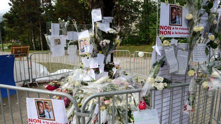 Des habitants d'Echirolles (Isère) ont déposé des fleurs, mercredi 3 octobre 2012,là où ont été tués Kevin et Sofiane. (PHILIPPE DESMAZES / AFP)
