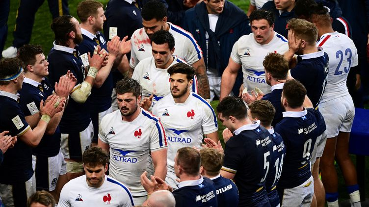 L'équipe de France applaudie à sa sortie du terrain par ses vainqueurs écossais le 26 mars 2021 (MARTIN BUREAU / AFP)