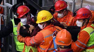 Un mineur est extrait de la mine d'or de la ville de Qixia (Chine), le 24 janvier 2021. (CHEN HAO / XINHUA / AFP)