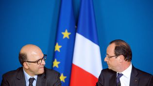 Le ministre de l'Economie, Pierre Moscovici, et le chef de l'Etat, François Hollande, le 3 mai 2013 à Mamirolle (Doubs). (SEBASTIEN BOZON / AFP)