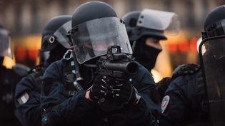 Un policier avec un lanceur de balles de défense, à Paris, le 26 janvier 2019. (KARINE PIERRE / HANS LUCAS / AFP)