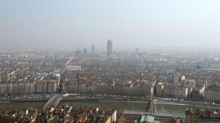 La ville de Lyon (Rhône) touchée par un épisode de pollution aux particules fines, le 14 mars 2014. (PHILIPPE DESMAZES / AFP)