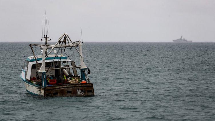 Un navire de la marine britannique, dans les eaux au large de l'île de Jersey, le 6 mai 2021. (SAMEER AL-DOUMY / AFP)