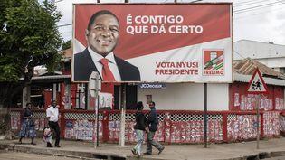 """""""Avec nous ça marche"""", slogan que l'on peut lire sur ce panneau publicitaire en faveur de Felipe Nyusi, président mozambicain réélu le 27 octobre 2019. Felipe Nysusi était le candidat du Frelimo, le parti au pouvoir depuis l'indépendance du pays. (GIANLUIGI GUERCIA / AFP)"""