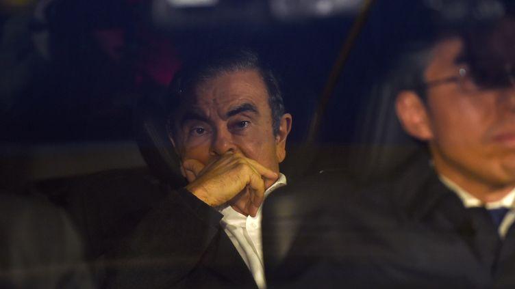 Carlos Ghosn quitte le bureau de ses avocats, à Tokyo (Japon) le 6 mars 2019. (KAZUHIRO NOGI / AFP)