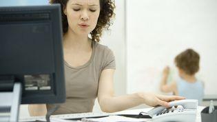 Les mères de famille qui travaillent ont 40% de stress en plus que les femmes sans enfant. (illustration) (ALIX MINDE / MAXPPP)