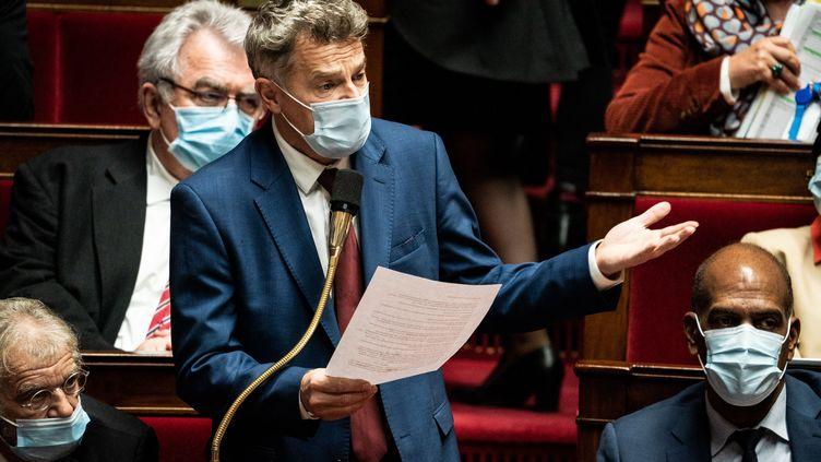 Le député communiste Fabien Roussel s'exprime à l'Assemblée nationale, le 27 octobre 2020, à Paris. (XOSE BOUZAS / HANS LUCAS / AFP)