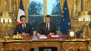 Emmanuel Macron signe troix textes de loi, le 30 décembre 2017 à l'Elysée, (Paris). (FRANCEINFO)