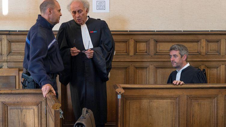 Les avocats de Cécile Bourgeon,Gilles-Jean Portejoie (au centre) etRenaud Portejoie (à droite), au tribunal du Puy-en-Velay (Haute-Loire), le 10 octobre 2017. (THIERRY ZOCCOLAN / AFP)