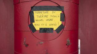 Affichette datant du 11 mai 2020, après le premier confinement généralisé décidé en mars 2020, à l'entrée du Théâtre du Point Virgule à Paris, annonçant une fermeture jusqu'à nouvel ordre de la salle. (MASHA MOSCONI / HANS LUCAS)