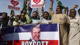 Des manifestants lors d'un mouvement contre les propos d'Emmanuel Macron sur le droit de caricaturer à Karachi (Pakistan) le 27 octobre 2020. (ASIF HASSAN / AFP)