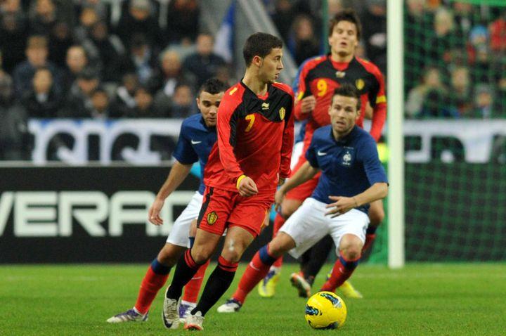 Le footballeur belge Eden Hazard, face aux Français Marvin Martin et Yohan Cabaye, lors du match amical France-Belgique le 15 novembre 2011 à Saint-Denis (Seine-Saint-Denis). (MAXPPP)