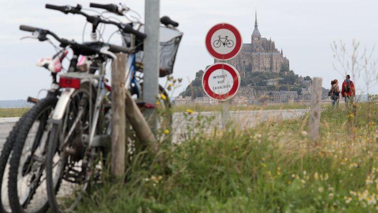 La première étape débute au Mont-Saint-Michel. (KENZO TRIBOUILLARD / AFP)