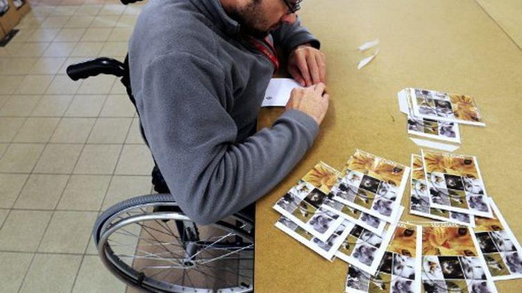 Depuis la loi de 1987, les entreprises de plus de 20salariés ont l'obligation d'employer au moins 6% depersonnes handicapées. Photo d'illusration. (FRED TANNEAU / AFP)