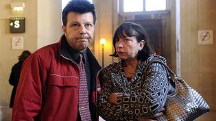 Sylvie et Dominique Mennesson quittent le palais de justice de Paris le 06 avril 2011, après l'examen par la Cour de cassation de leur pourvoi pour que leurs jumelles, nées d'une mère porteuse, soient reconnues par l'état-civil. (BERTRAND GUAY / AFP)