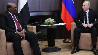 Le président russe, Vladimir Poutine, reçoit son homologue soudanais, Omar al-Bachir, à Sotchi le 23 novembre 2017. (Mikhail KLIMENTYEV/SPUTNIK/AFP)