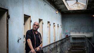 Le romancier irlandais Colum McCann en visite dansl'ancienne prisonde Montluc, transformée en mémorial en 2010, le 3 septembre 2021 (JEFF PACHOUD / AFP)