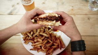 Photo d'illustration : le burger est désormais plus consommé que le sandwich jambon-beurre par les Français, selon une étude publiée le 20 mars 2018. (KATHLEEN FINLAY / IMAGE SOURCE)