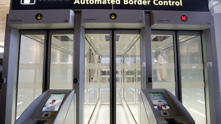 Un portique de Contrôle Frontière Automatisé à Roissy-Charles-de-Gaulle, le 27 décembre 2012. (Photo d'illustration) (PIERRE VERDY / AFP)