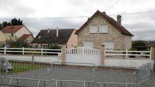 Des barrières ont été placées devant la maison d'un homme interpellé à l'aéroport de Glasgow le 12 octobre, et pris à tort par les policiers écossais pour Xavier Dupont de Ligonnès,à Limay (Yvelines) . (THOMAS SAMSON / AFP)