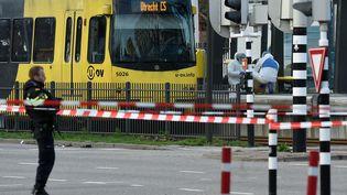 Des policiers devant le tramway où trois personnes ont été abattues à Utrecht (Pays-Bas), le 18 mars 2019. (JOHN THYS / AFP)