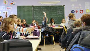 Des élèves de primaire en classe, le 5 décembre 2011 à Seclin (Nord). (PHILIPPE HUGUEN / AFP)