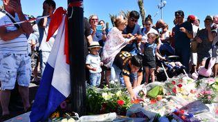 Des centaines de personnes viennent rendre hommage aux victimes de l'attenat de Nice sur la promenade des Anglais, samedi 16 juillet. (MUSTAFA YALCIN / ANADOLU AGENCY / AFP)