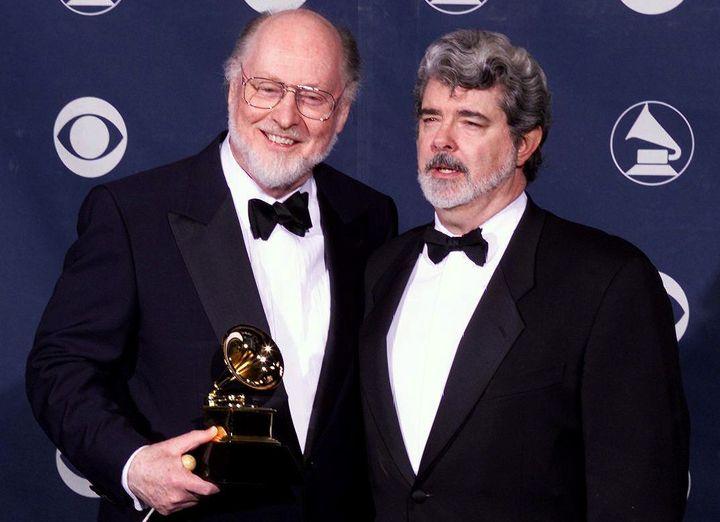 Le compositeur des musiques de Star Wars John Williams avec George Lucas, cérateur de la saga à l'occasion du Grammy Award pour la meilleure composition instrumentale obtenu en 1999.  (VINCE BUCCI / AFP)