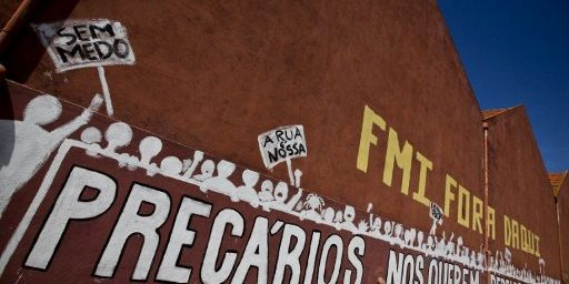 «Dehors, le Fonds monétaire international ! Ils veulent des précaires, ils auront des rebelles» : slogan contestataire apposé sur un mur de Lisbonne au moment de la négociation d'une aide internationale au Portugal, en avril 2011. (PHOTO / PATRICIA DE MELO MOREIRA)
