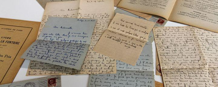 """Lors d'un déménagement dans un lycée parisien en 2010, une enseignante a retrouvé les lettres de Louise, ainsi que des livrets, une photo de classe et une bible. (France 24 / webdocumentaire """"Si je reviens un jour"""")"""