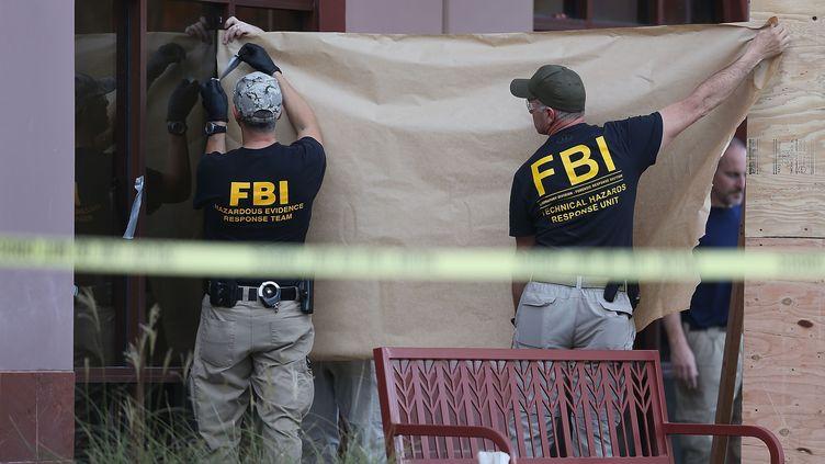 Les agents du FBI mettent des scellés sur le bâtiment où 14 personnes ont été tuées à San Bernardino, en Californie (Etats-Unis), le 7 décembre 2015. (JOE RAEDLE / GETTY IMAGES NORTH AMERICA / AFP)