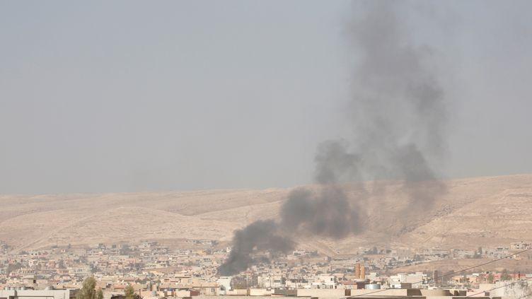De la fumée se dégage au-dessus de Mossoul (Irak), après un bombardement de la coalition internationale contre une position du groupe Etat islamique, le 8 novembre 2016. (YUNUS KELES / ANADOLU AGENCY / AFP)