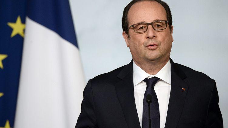 François Hollande tient une conférence de presse après un Conseil de défense à l'Elysée, le 29 avril 2015. (STEPHANE DE SAKUTIN / AFP)